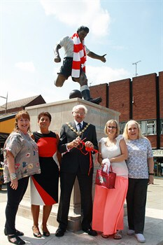 Duncan Edwards knitted scarf